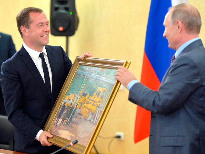 """Путин в Крыму поздравил Медведева с днем рождения и подарил картину """"В цеху"""""""