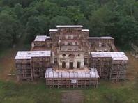 Передача дворца Романовых компании Сечина будет огромным счастьем, заявила директор Петергофа