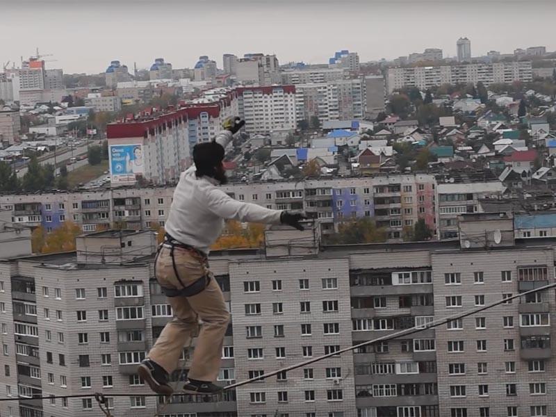 Барнаульский экстремал прошел по натянутой между крышами двух 16-этажек стропе