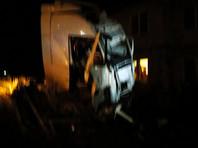 На Урале грузовик врезался в дом, пять человек погибли