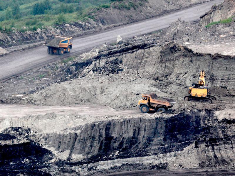 Выемка породы и погрузка ее на большегрузные самосвалы на Лучегорском угольном разрезе в Приморском крае, 8 августа 2012 года