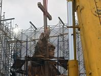 Несмотря на продолжающиеся консультации с ЮНЕСКО, российские власти и Российское военно-историческое общество (РВИО) начали установку памятника по заранее запланированному графику