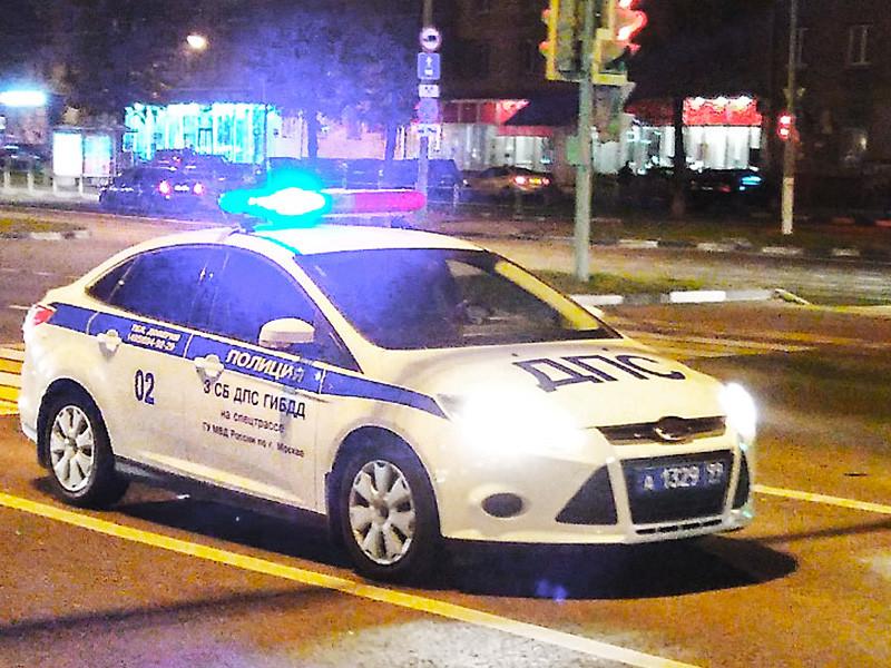 В Москве полицейская погоня за внедорожником Land Rover на северо-западе Москвы в ночь на субботу закончилась смертельной аварией: автомобиль на большой скорости врезался в столб, погибла 18-летняя пассажирка