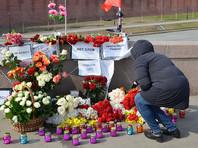 """""""Эхо Москвы"""" сообщает, что на мост у Кремля, где был убит Немцов, пришли десятки человек"""