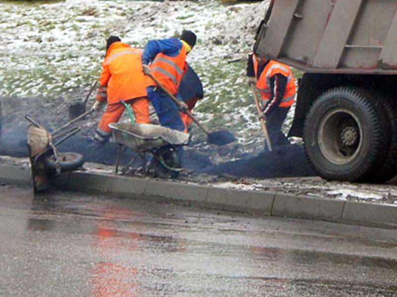 В нескольких городах Республики Башкортостан строители занялись ремонтом асфальта сразу после того, как выпал снег