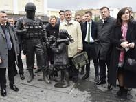 """Также итальянские депутаты и бизнесмены посетили памятник """"вежливым людям"""" в Симферополе, сделав фотографии на фоне скульптуры"""