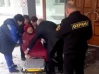 Пришедшая на прием в мэрию Красноярска 90-летняя пенсионерка упала на скользком крыльце и сломала ногу (ВИДЕО)