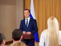 """Медведев """"по-простому"""" прокомментировал отставку Саакашвили"""