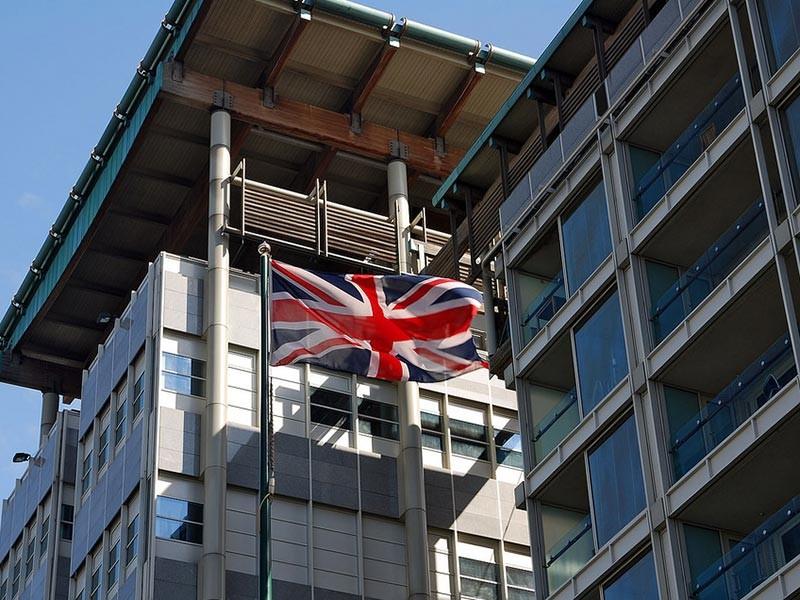В Москве провели ответную акцию, забросав британское посольство пластиковыми конечностями