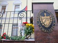 Москвичи несут к посольству Кубы цветы, сигареты, ром