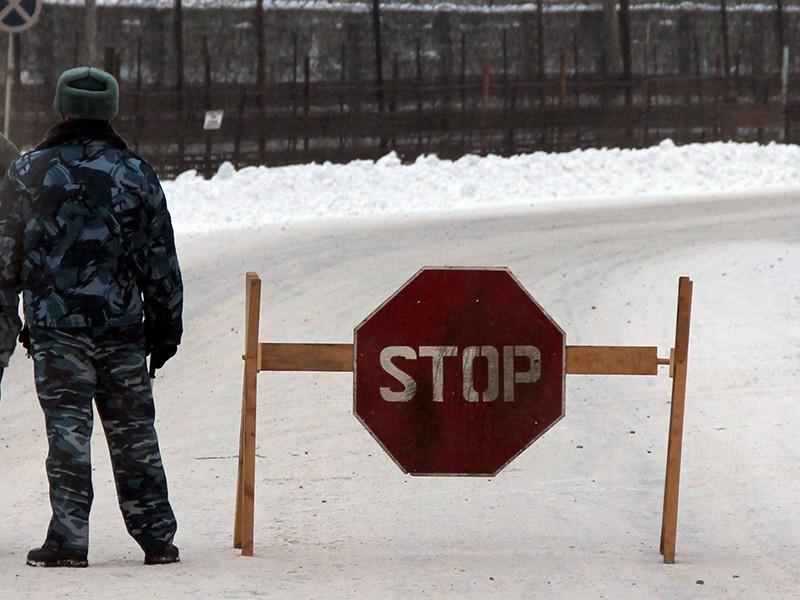 В Карелии возле сегежской колонии 7, где содержится оппозиционер Ильдар Дадин, который ранее жаловался на избиения и побои, полиция задержала восемь петербургских активистов, стоявших в одиночных пикетах с плакатами