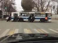 Самарцам пришлось толкать обесточенный троллейбус, чтобы разблокировать огромную пробку (ВИДЕО)