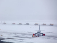"""Из-за обрушившегося на Москву """"ледяного дождя"""" 10 ноября в столичных аэропортах отменены около сотни рейсов, вылет еще около двух десятков лайнеров задерживается"""