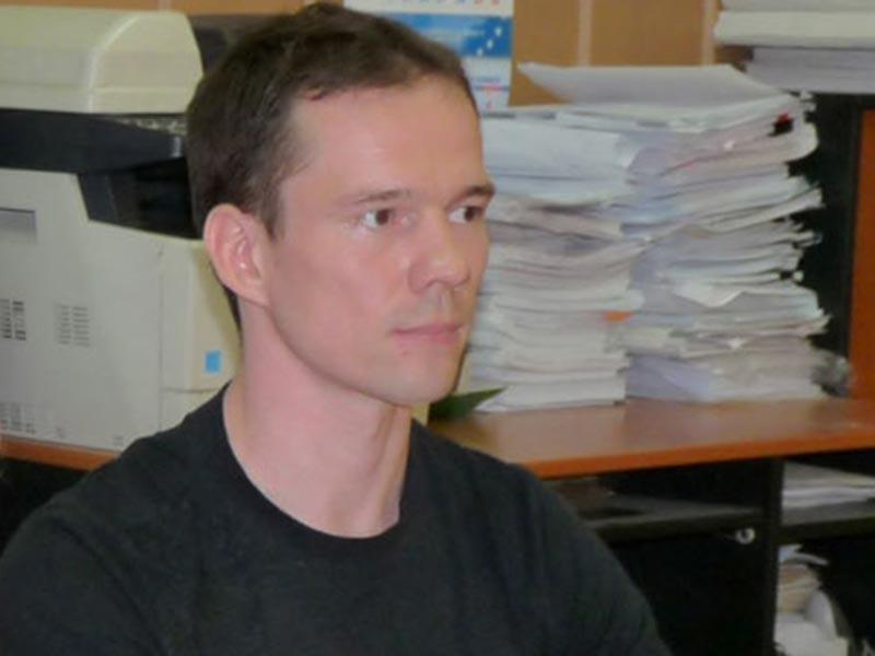 Заключенному активисту Ильдару Дадину, осужденному за нарушение порядка проведения митингов, не дают пройти проверку на полиграфе в связи с его заявлениями о пытках, готовясь возбудить против него новое уголовное дело, утверждает его супруга Анастасия Зотова