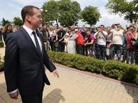 """Премьеру припомнили и его ставшую крылатой фразу в разговоре с пенсионерами в Крыму: """"Медведев предложил переименовать популярный кофе американо в русиано. А нельзя ли """"держитесь и хорошее настроение"""" переименовать в деньги?"""""""