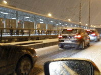 Москвичей призвали не выходить из дома - на дорогах и тротуарах ледяная корка. Появились первые жертвы балканского циклона