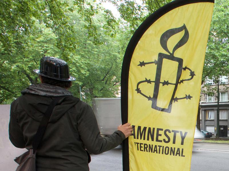 В докладе Amnesty International отмечает, какую высокую цену заплатило российское общество за введенный закон - закрылись независимые критически настроенные по отношению к властям НКО, ограничивался перечень их услуг, была запрещена экспертиза по целым направлениям государственной политики
