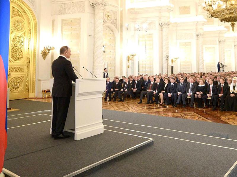 В послании к Федеральному собранию, оглашение которого состоится 1 декабря, президент РФ Владимир Путин в примирительном ключе выскажется об отношениях России и Запада, затронет тему коррупции и уделит особое внимание экономическое ситуации