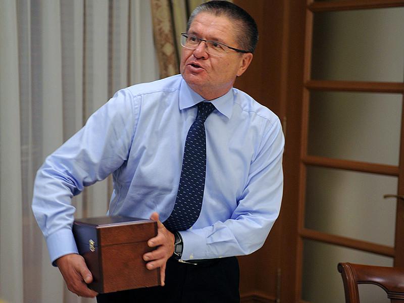 """Источники """"Новой газеты"""" утверждают, что два миллиона долларов наличными, предназначавшиеся, по данным следствия, Улюкаеву, были помещены в банковскую ячейку - министр лично их оттуда не изымал и в руки купюры не брал"""