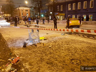 В Москве автомобиль сбил людей на трамвайной остановке