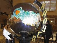 В Калуге воздвигли новый арт-объект - глобус России. Никаких других стран на двухметровом шаре нет, а территорию Калужской области украшает огромное сердце