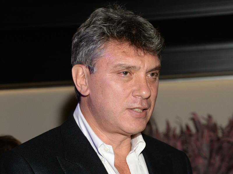 В Ярославле на дом по улице Трефолева, в котором жил оппозиционный политик Борис Немцов, вернули гранитную табличку с его именем