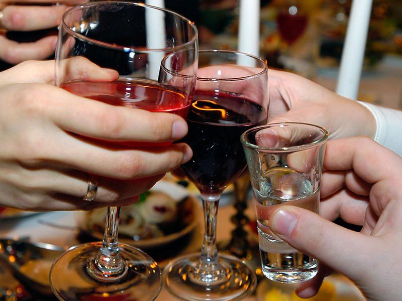 В преддверии новогодних праздников на официальном сайте Министерства внутренних дел РФ появилась памятка, в которой представители ведомства рассказали россиянам, как не стать жертвой некачественной алкогольной продукции