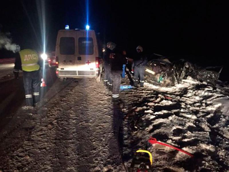 В Псковской области в ночь на воскресенье произошло крупное ДТП: минивен марки Mazda столкнулся с грузовиком Renault на автотрассе Петербург - Невель