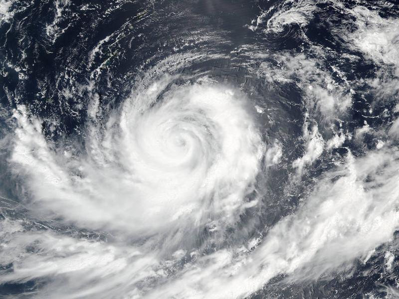 На Чукотке ураган повалил портовый кран и сорвал крыши с домов