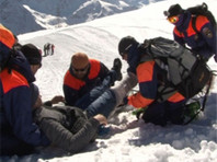 Спасатели эвакуировали и передали врачам российского альпиниста, который из-за обморожения ног не смог спуститься с Эльбруса