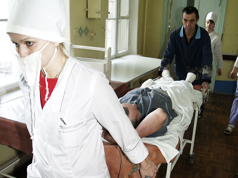 """В Иркутске от отравления суррогатным алкоголем скончались 25 человек, сообщили ТАСС в Следственном управлении Следственного комитета по региону. """"На данный момент известно о 42 госпитализированных, 25 из них погибли. Остальные находятся в тяжелом состоянии"""", - сказал представитель ведомства"""