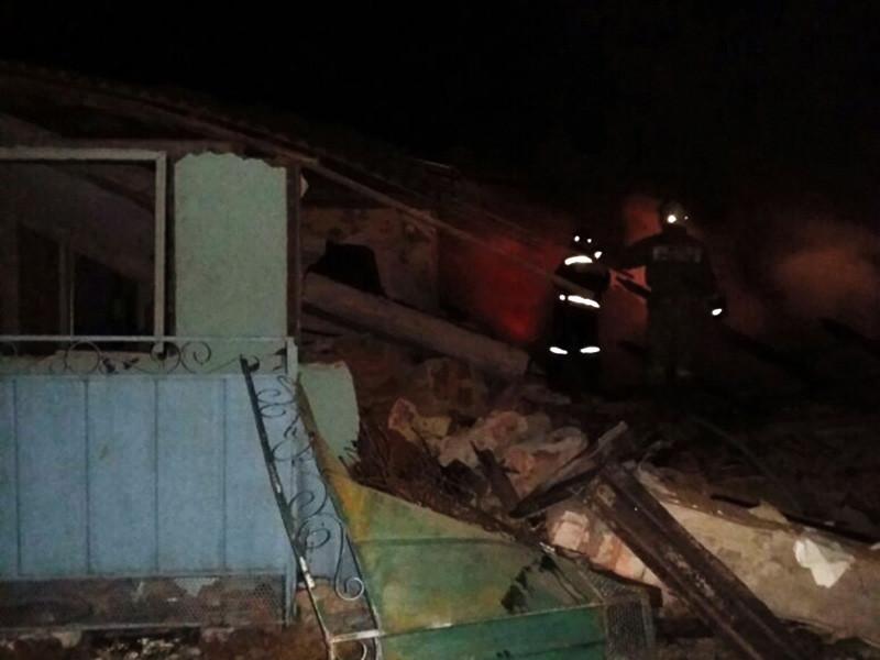 В результате взрыва бытового газа в жилом двухквартирном доме в поселке Федулов Багаевского района Ростовской области в больницу доставлены три человека, еще двое находятся под завалами
