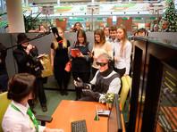 Греф пришел в банк в специальном костюме, имитирующем сенсорные ограничения, характерные для инвалидов. На глазах у него были очки, размывающие изображение, уши закрывали экранирующие наушники, а на руках и ногах закреплены грузы