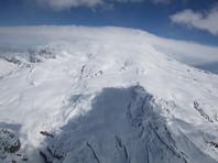 На Эльбрусе проходит спасательная операция: с горы пытаются вернуть российского альпиниста с обмороженными ногами, который не может спуститься самостоятельно