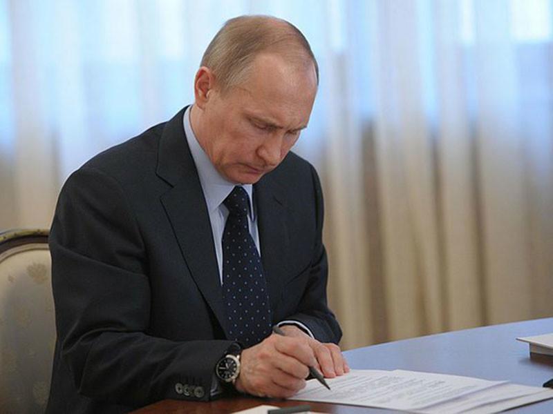Президент России Владимир Путин подписал в среду, 28 декабря, федеральный закон, разрешающий военным заключать краткосрочные контракты для борьбы с террористическими группировками за пределами России