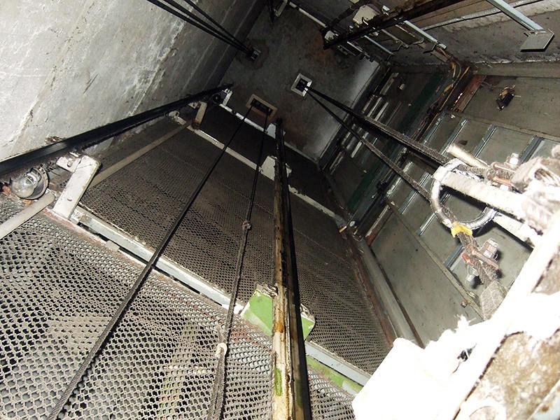 В куйбышевской больнице произошло ЧП - в шахту лифта упала медработница. Лаборантка 1973 года рождения явилась на работу пьяной и не заметила, что лифт не работает