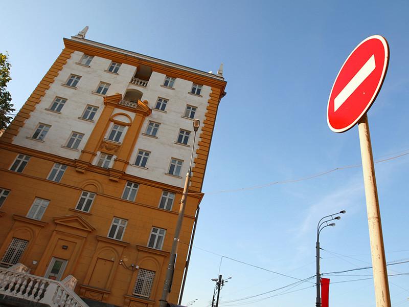 Россия объявляет персонами нон грата 35 американских дипломатов - 31 сотрудника посольства в Москве и четырех из генконсульства в Вашингтоне