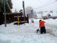 Красную поляну     засыпало рекордным за 5 лет    снегом -  разгребать завалы будут добровольцы. В горах возможны лавины