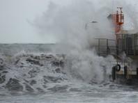 Сильнейшие волны затопили первые этажи гостиниц в Сочи (ВИДЕО)