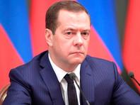Медведев подписал закон о доплатах пенсионерам - одному из ста