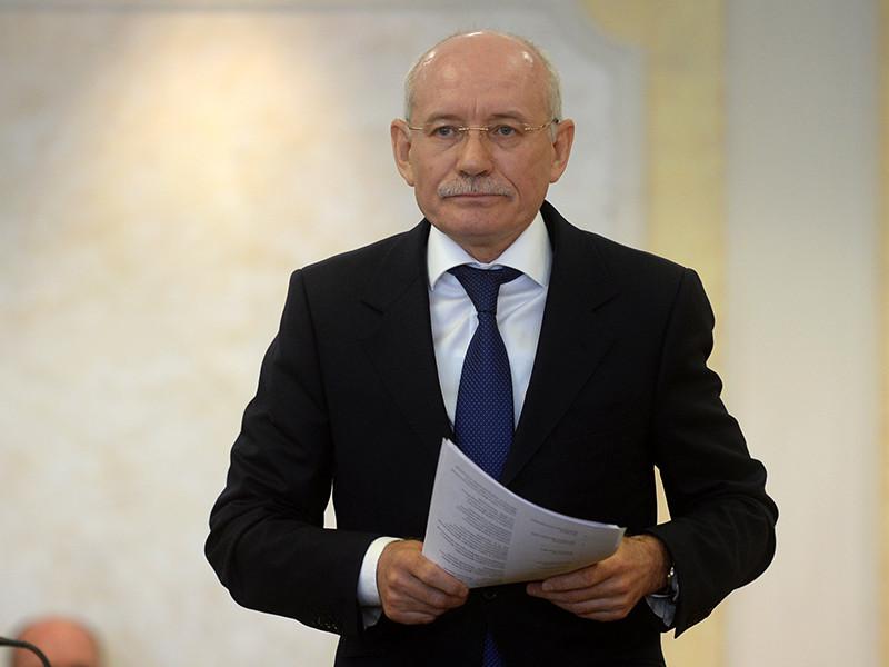 Глава Башкирии Рустэм Хамитов принял решение об увольнении главврача больницы N13 после того, как в интернете появилось видео с пожилой пациенткой, которая была вынуждена ползком добираться до рентген-кабинета