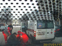 В Петербурге водитель Mercedes напал с ножом на медиков скорой, но был обезврежен ими (ВИДЕО)