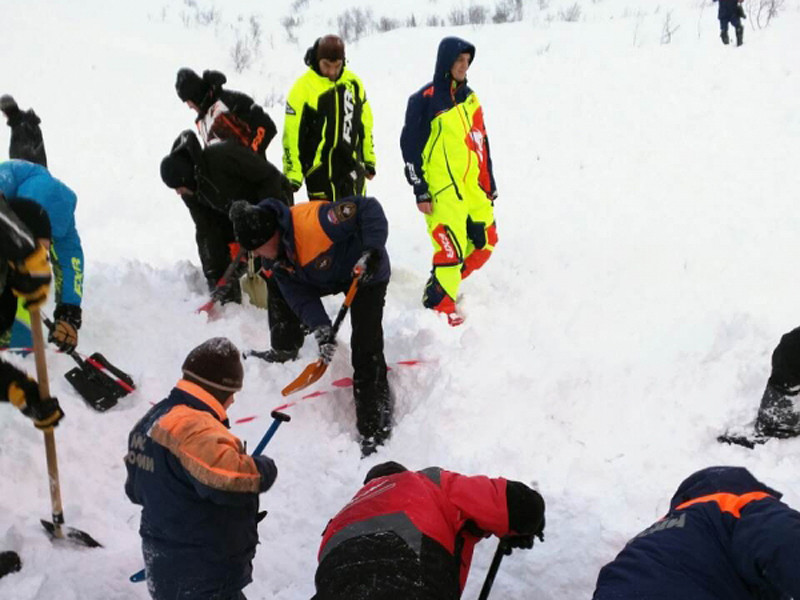 В Мурманской области лавиной накрыло группу туристов, катавшихся на снегоходе