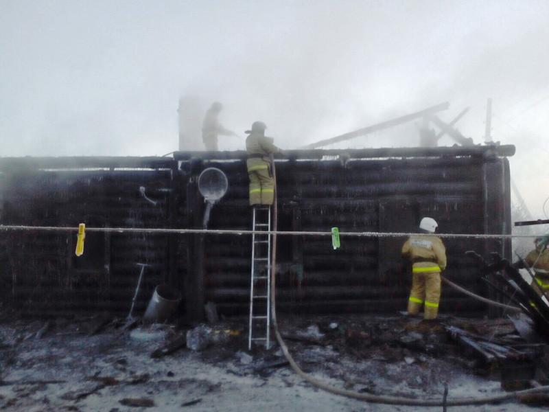 Четыре члена одной семьи, включая двоих детей, погибли при пожаре в частном жилом доме в поселке Усть-Ордынский Эхирит-Бурагатского района Иркутской области в ночь на 31 января. Еще двоих детей удалось спасти, сообщает региональное МЧС