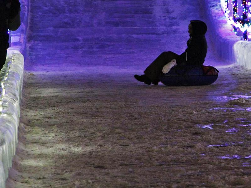 В начале января, когда травмы получили первые пять человек, ледяной городок уже проверяли. Тогда чиновники пришли к выводу, что горожане сами виноваты - не соблюдали дистанцию и сбивали друг друга с ног