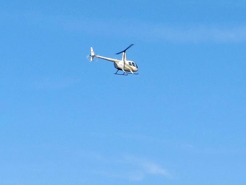 На Московскую кольцевую автодорогу совершил аварийную посадку вертолет с обледеневшим винтом