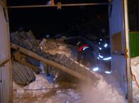 """По данным пресс-службы главка региональной полиции, """"предварительно, конструкция не выдержала снега, который скопился на крыше"""""""