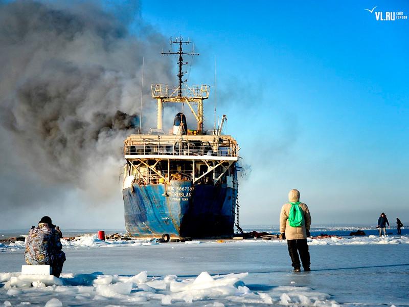 У берегов Владивостока на брошенном теплоходе произошел пожар. Спасатели бездействуют, горожане увлечены селфи