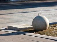 В Саратове демонтируют скатывающиеся с постаментов бетонные шары