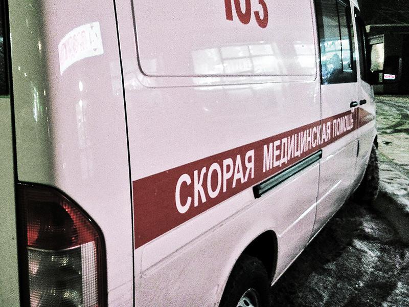 Водитель легкового автомобиля отказался уступить дорогу карете скорой помощи во дворе жилого дома в Красноярске, полиция начала проверку этого инцидента
